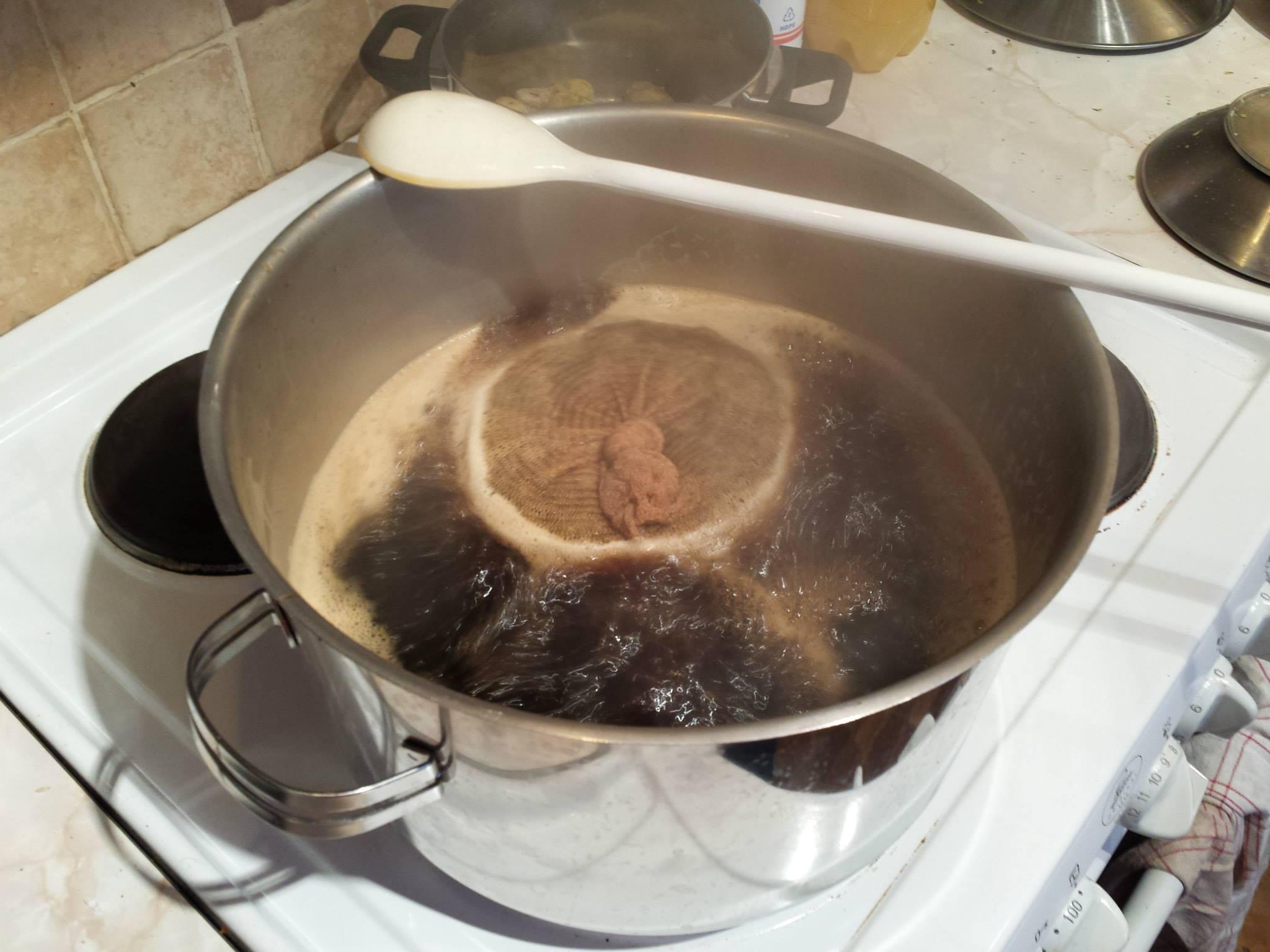 Kokning av sötvörten med humle